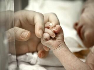 India, scava una buca per seppellire la figlia nata morta e trova una neonata ancora viva