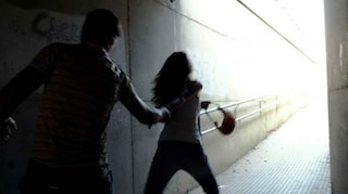 """Foggia, blocca una ragazza e inizia a toccarla: """"Mi teneva così stretta da non potermi liberare"""""""