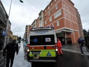 Alessandria donna muore cadendo balcone 7 piano finisce auto terra