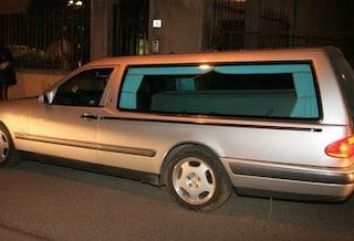 """""""Vado al funerale"""": carro funebre scappa a tutta velocità, inseguito dalla polizia sulla A14"""