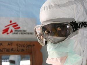 Monrovia, Liberia. Uno dei membri dell'équipe di MSF presso il centro di trattamento Ebola. Nella sola Liberia, MSF ha mobilitato più di 350 operatori (@Caroline Van Nespen/MSF).