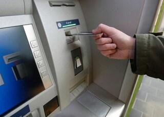 Agguato a Lecce, spari mentre preleva al Bancomat: ex direttore di banca ucciso davanti alla moglie