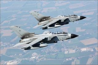 Ubriaca in volo, tenta di aprire il portellone dell'aereo: intervengono i caccia militari