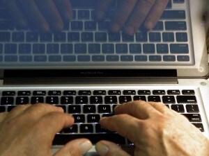 """Hacker entrava nei pc e rubava foto intime: """"Dammi 24mila euro o le pubblico"""""""