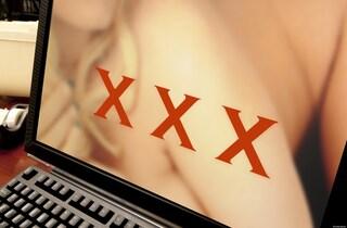 Un uomo ha usato l'intelligenza artificiale per togliere la censura dei video porno giapponesi