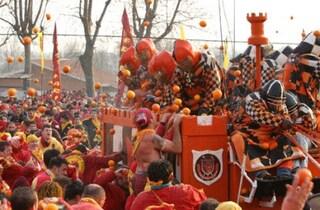 La battaglia delle arance di Ivrea per la festa di Carnevale