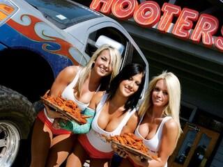 Sexy cameriere con le Hooters girl negli Usa
