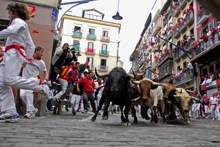 Il video della corsa dei tori di Pamplona e dei 39 feriti a San Fermines