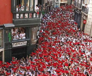 La corrida di Pamplona: Sanfermines e i tori tra la folla