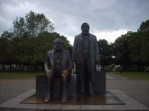 Statue di Marx e Engels a Berlino