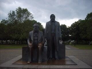 Le statue di Marx ed Engels rimosse per la linea 5 della metropolitana di Berlino