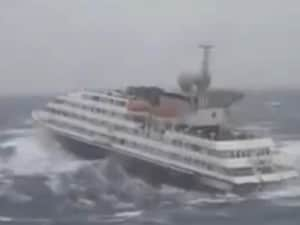 Una immagine della tempesta che ha dovuto affrontare l'imbarcazione