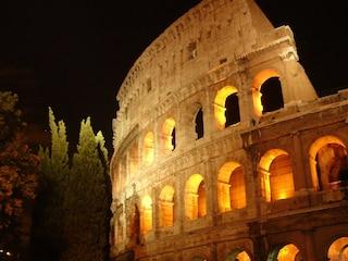 A Roma piazze in festa con giocolieri, maschere e sfilate