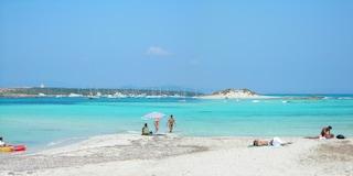 A Formentera le spiagge naturiste più amate dai nudisti. Le foto