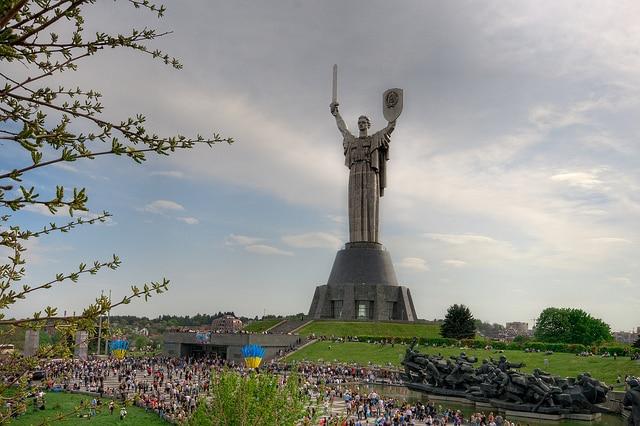 statue rodina mat