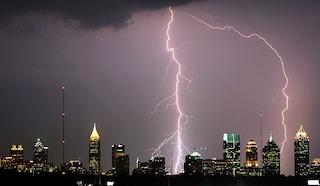 Tuoni, fulmini e saette, la rabbia del cielo si abbatte sulle città
