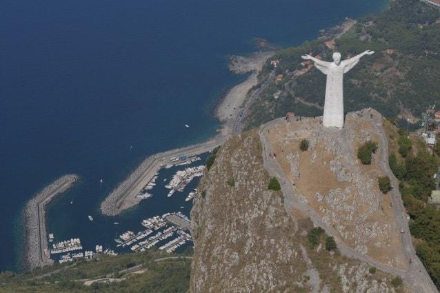 statue cristo apertura