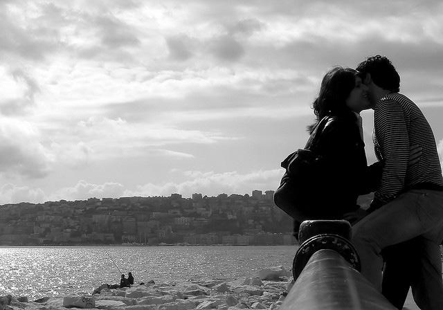 Innamorati sul lungomare di Napoli