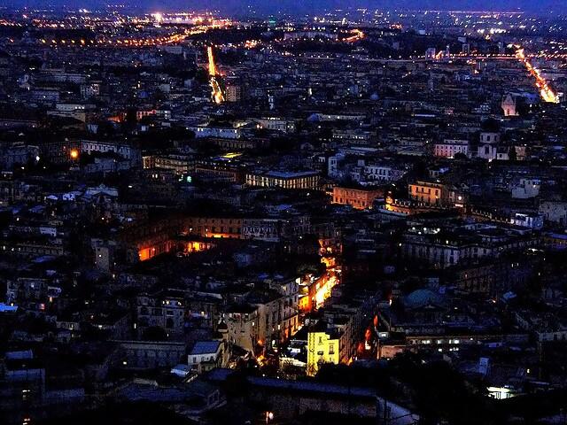Skyline notturno di Napoli per San Valentino