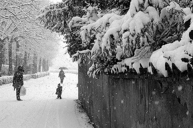 befana sulla neve bambini