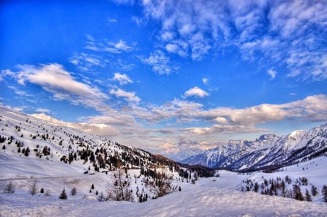befana sulla neve dolomiti