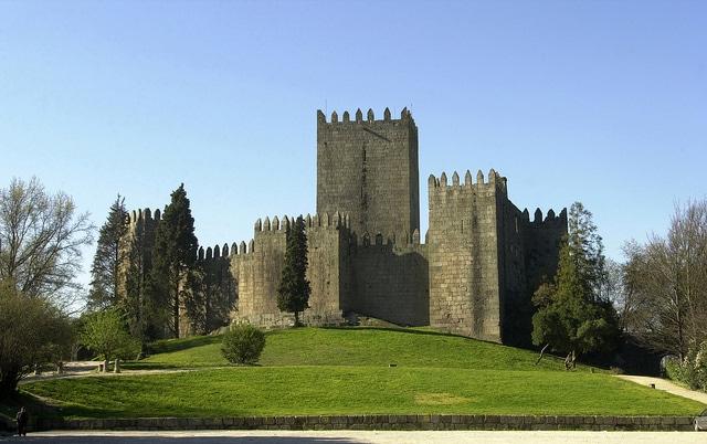 castello dei braganza a guimaraes