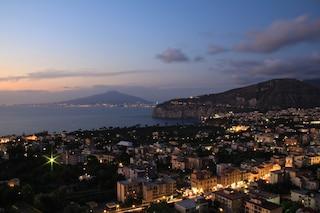 Pasqua a Sorrento, i primi bagni nello splendore della costa campana