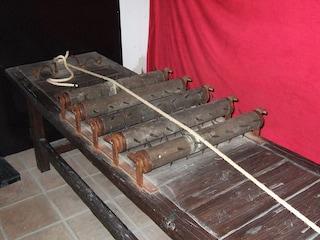 Gli strumenti di tortura in mostra: le esposizioni più inquietanti in Italia