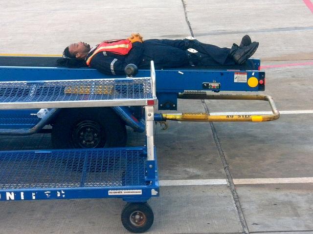 Qualcuno gli dice che il suo volo sta per partire?