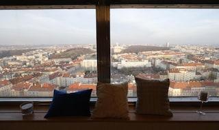 Romanticismo a 216 metri sopra Praga: l'hotel nell'antenna Tv [VIDEO e FOTO]