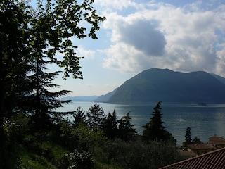 Chiazza scura di 3 km attraversa il Lago d'Iseo