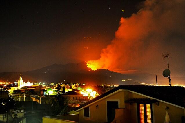 La pericolosa vicinanza del maestoso vulcano alle città del Catanese.