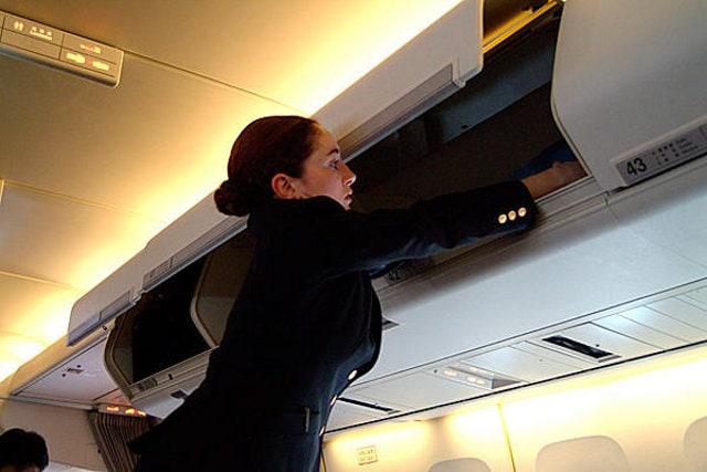 Hostess in crisi con i bagagli a mano