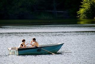 In gita romantica su una barca a remi per San Valentino