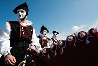 Sartiglia di Oristano, cavalieri e maschere per il Carnevale sardo