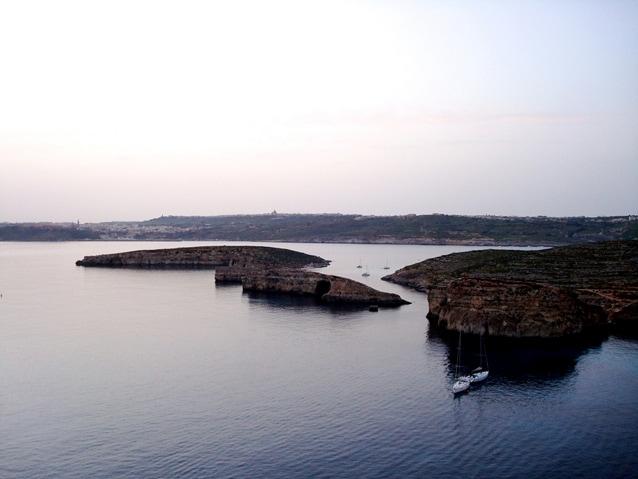 Comino e, sulla destra, la più grande isola di Gozo [Foto da Flickr]
