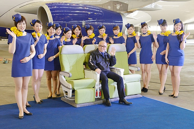 Le hostess della Skymark Airlines con la nuova uniforme (Foto Getty).