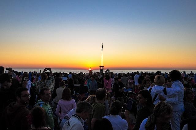 Alba sulla spiaggia di Rimini durante la notte Rosa