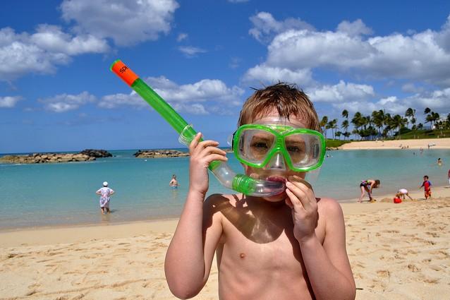 Vacanze al mare con i bambini  l acqua è il primo divertimento. d1e34559666f