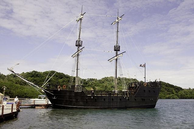 Nave pirata a Roatán, Honduras. Foto di Bruce Harlick.