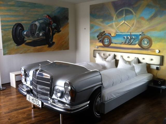 """Dormire in una """"macchinina"""" nel V8 Hotel."""