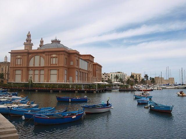Bari, veduta del porto con il Teatro Margherita (Foto di Alabama)