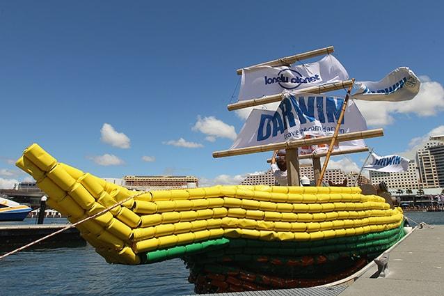 "Una ""Darwin Beer Can Boat"" nella baia di Darling Harbour a Sydney."