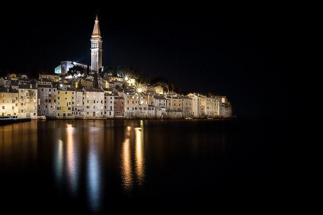 Rovigno di notte – Foto di Roberto Taddeo