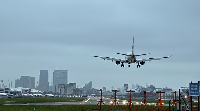 Atterrare all'aeroporto di London City. Foto di Paul
