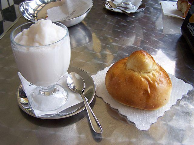 Dove mangiare a Taormina spendendo poco? Dovunque ci sia una granita con brioscia. Foto di Sebastian Fischer