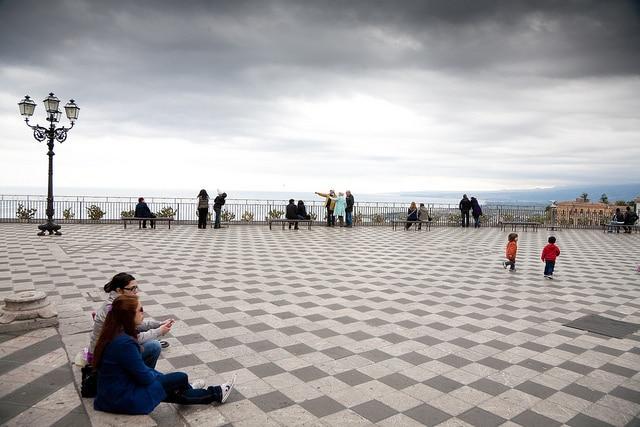 La terrazza panoramica di piazza IX Aprile. Foto di Stuart Harris