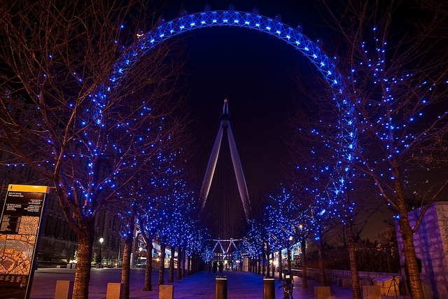 Il London Eye sulla Southbank di sera. Foto di Mostaque Chowdury