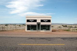 Il negozio immerso nel nulla: l'opera d'arte anti-capitalistica che piace a Prada
