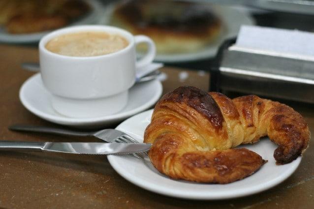 Il cornetto, un tratto distintivo delle colazioni italiane e francesi.